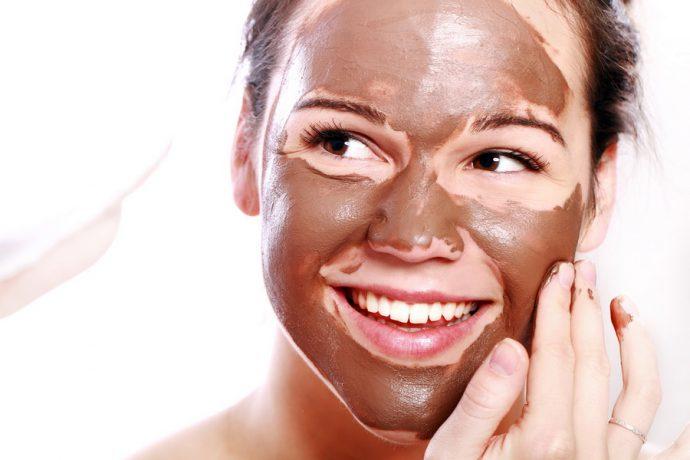 Маска из шоколада на лице девушки