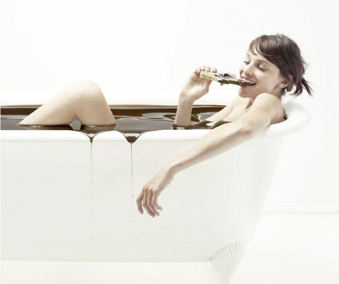 Девушка в шоколадной ванне
