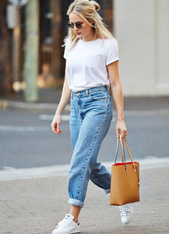 белые кеды с джинсами и футболкой