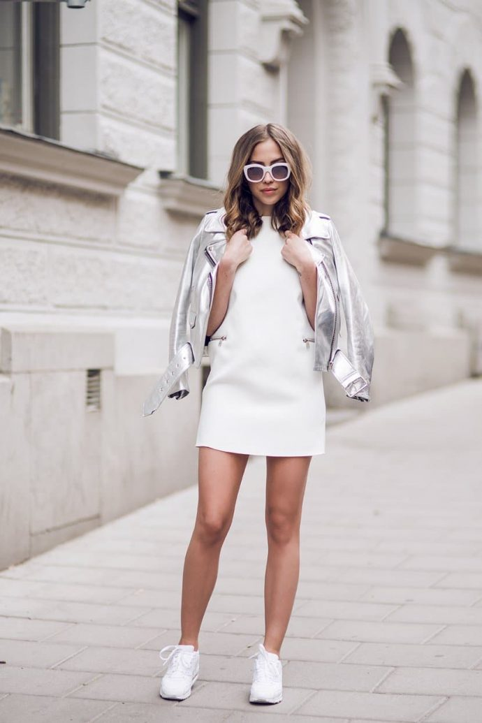 белые кеды и короткое платье