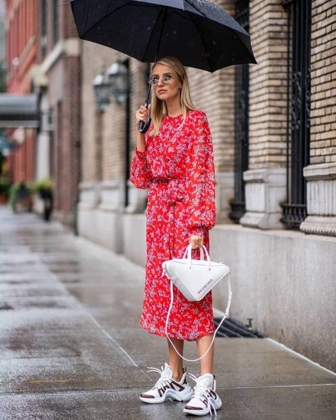 Образ с шифоновым платьем и кроссовками