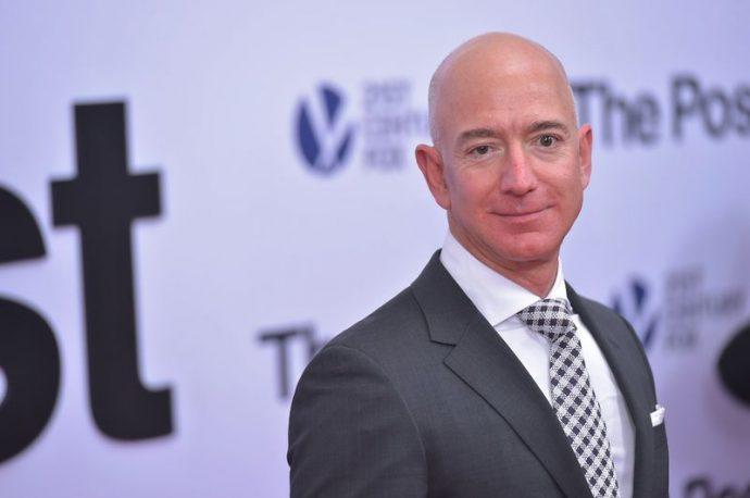 Глава Amazon впервые появился на людях с новой подругой