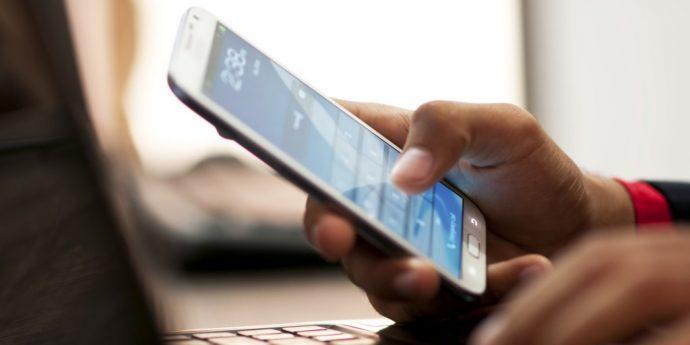 Парень набирает СМС