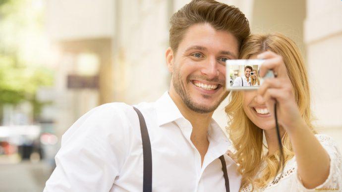 Фотографирующаяся влюбленная пара