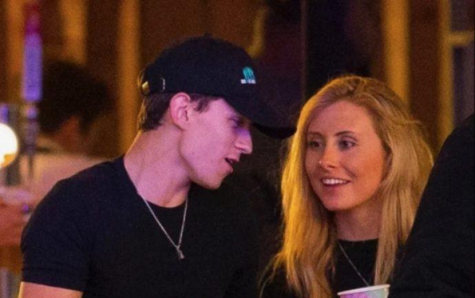 Том Холланд с неизвестной девушкой