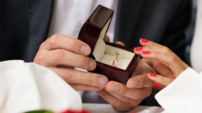 Кольцо в подарочной коробочке