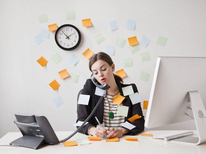 Девушка работает за офисным столом