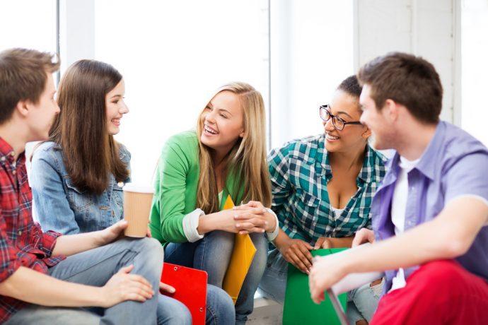 Молодёжь весело общается