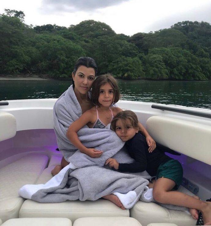 Кортни Кардашьян на отдыхе с детьми