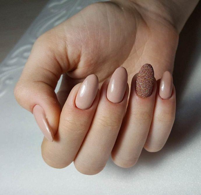 Маникюр с выделением ногтя