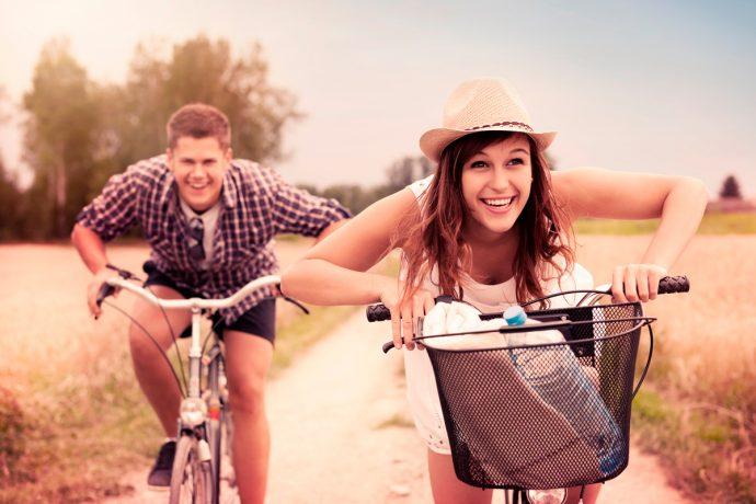 Девушка и парень едут на велосипедах