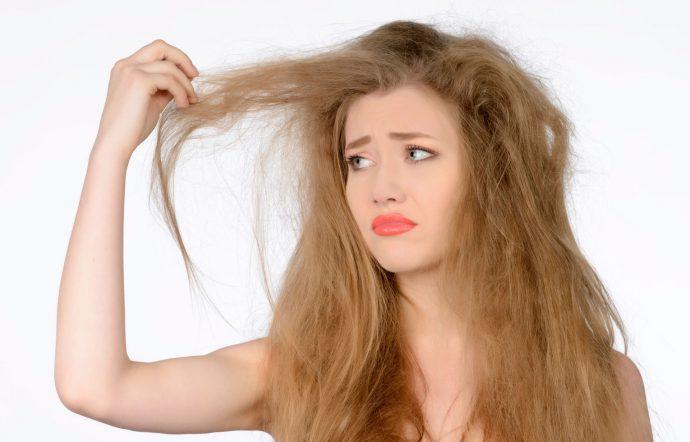 Девушка разочарована своей причёской
