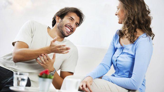 Девушка и парень разговаривают