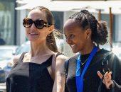 Анджелина Джоли с дочерью посетили выставку французского фотографа
