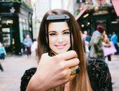 Девушка держит смартфон в руке