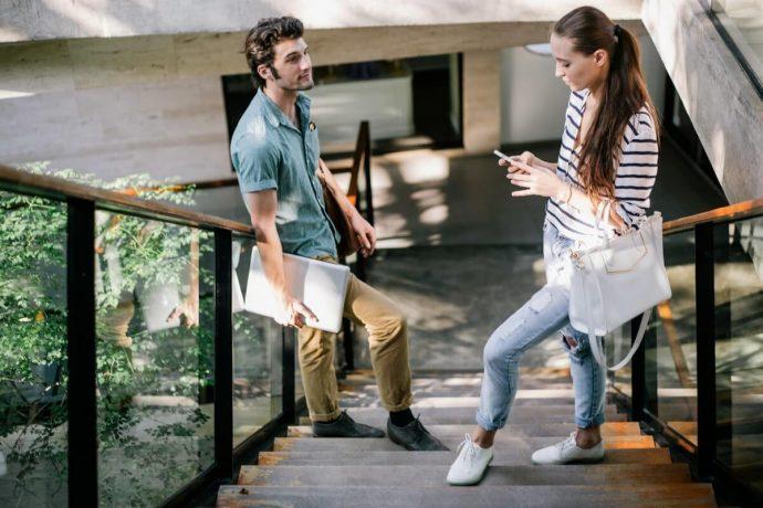 Парень и девушка на лестнице