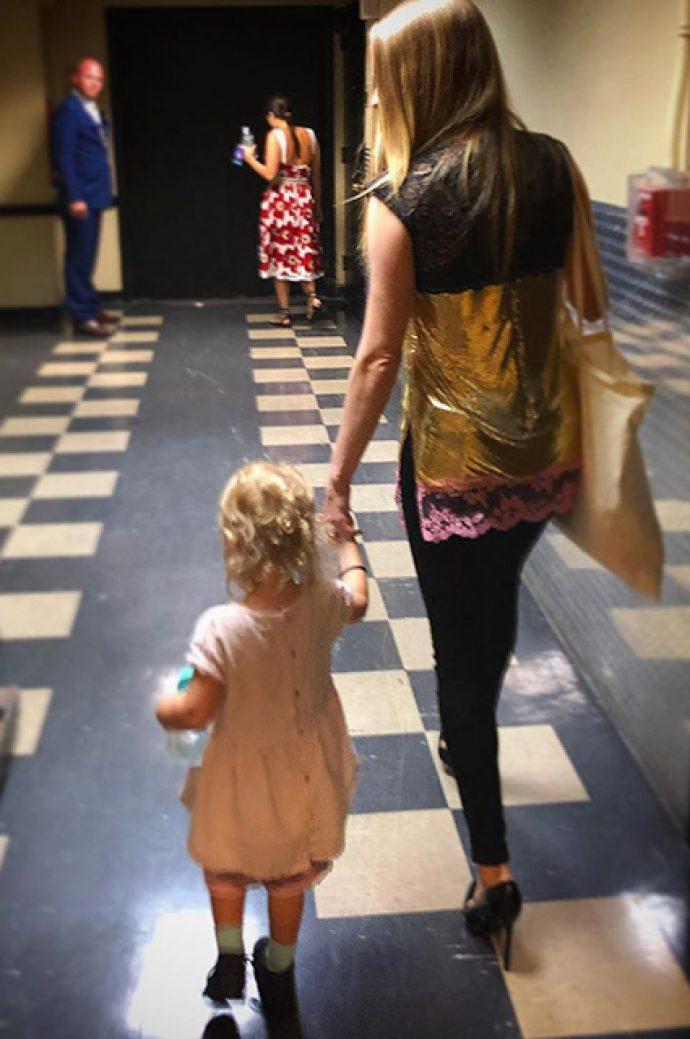 Аманда Сайфред с двухлетней дочерью Ниной