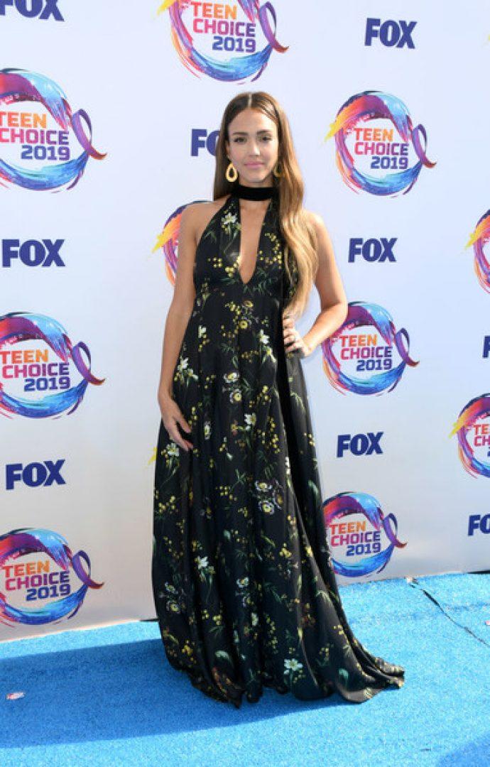 Джессика Альба в платье с оригинальным вырезом
