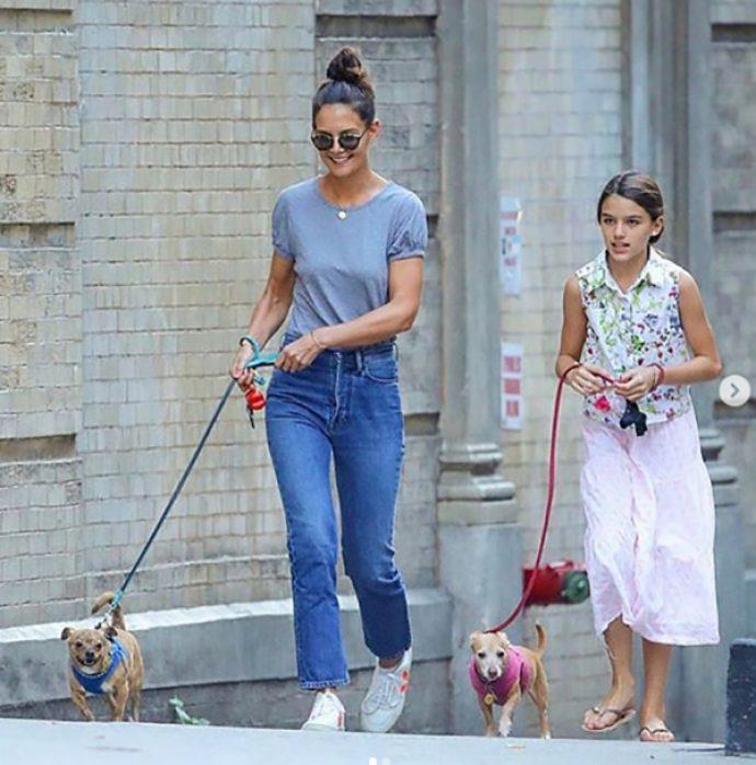 Кэти Холмс на прогулке с дочерью