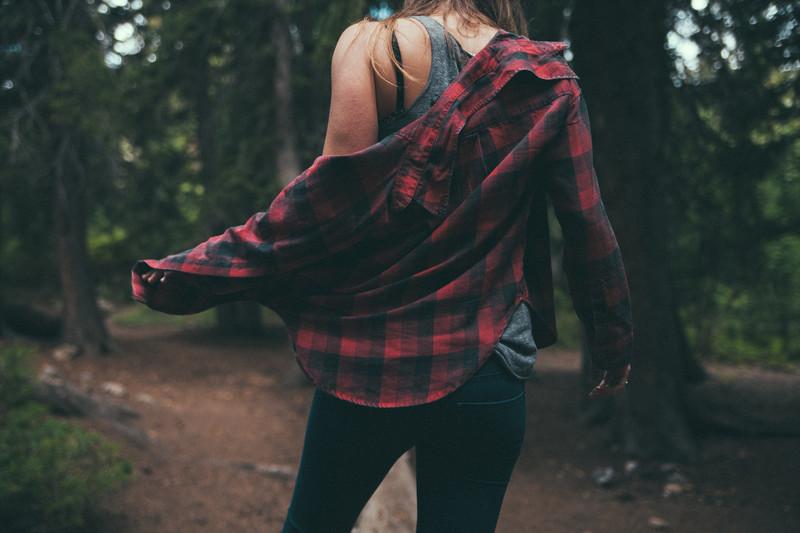 С чем носить женскую клетчатую рубашку: 10 удачных примеров