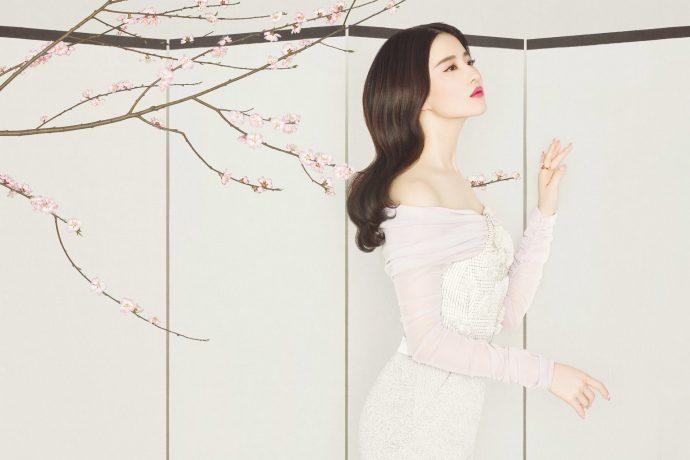 Китаянка в светлом платье