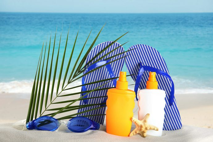Пляжные шлёпанцы и солнцезащитные кремы
