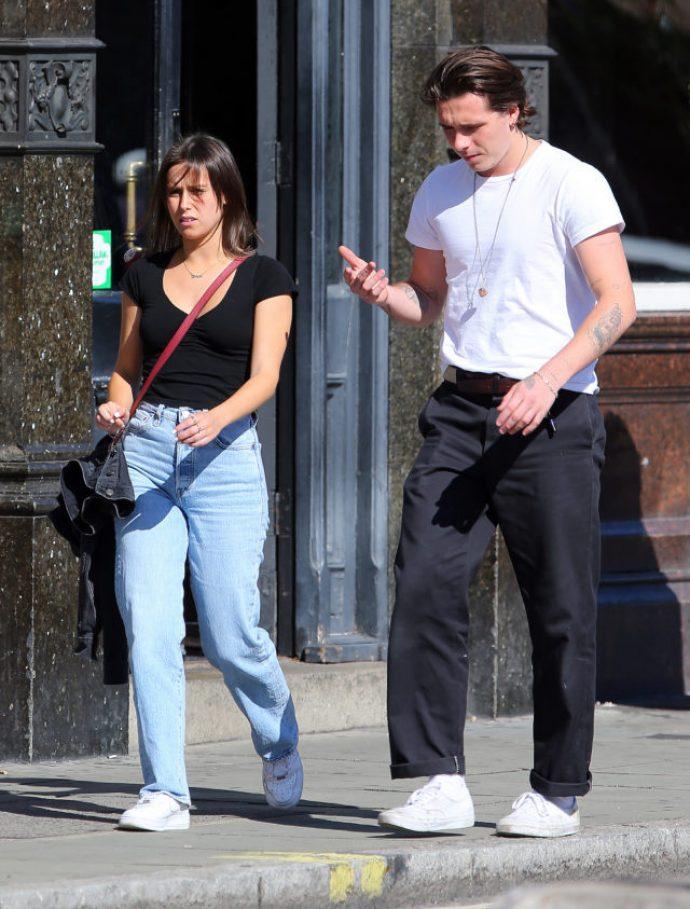 Бруклин Бекхэм на прогулке с незнакомкой в Лондоне
