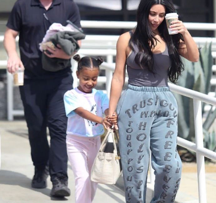 Ким Кардашьян с дочерью идут в SPA