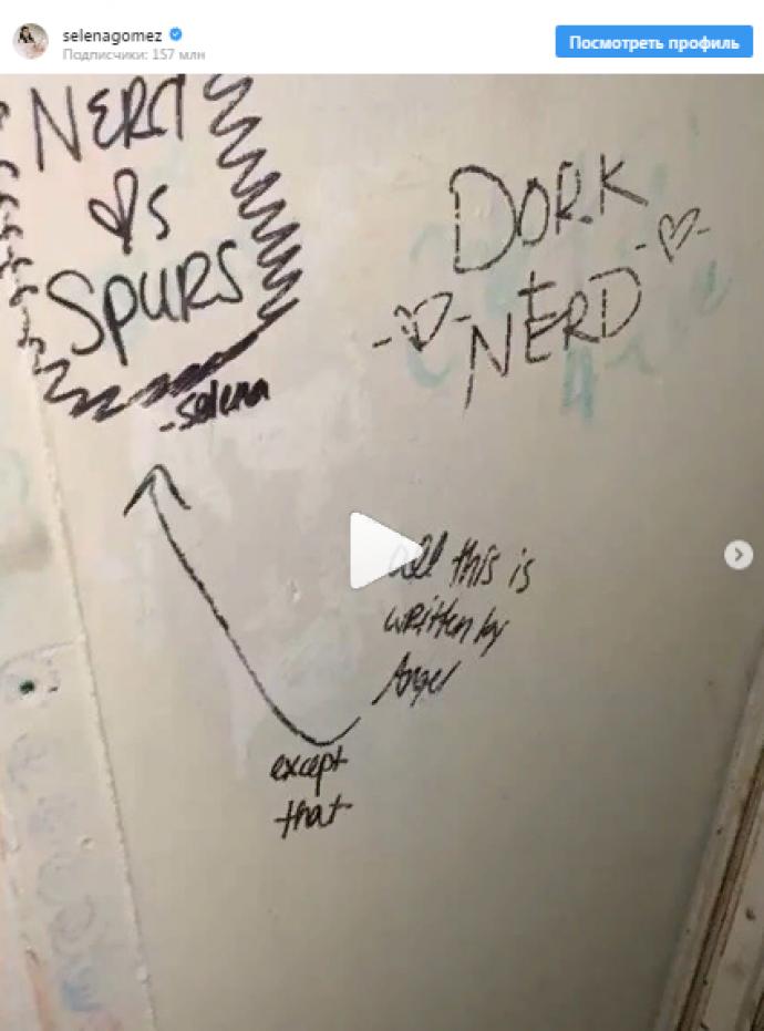 Надпись в туалете школы в Техасе