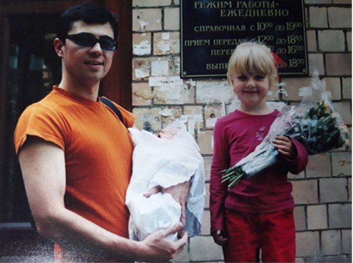 Сергей Бодров-младший с новорождённым сыном и дочерью