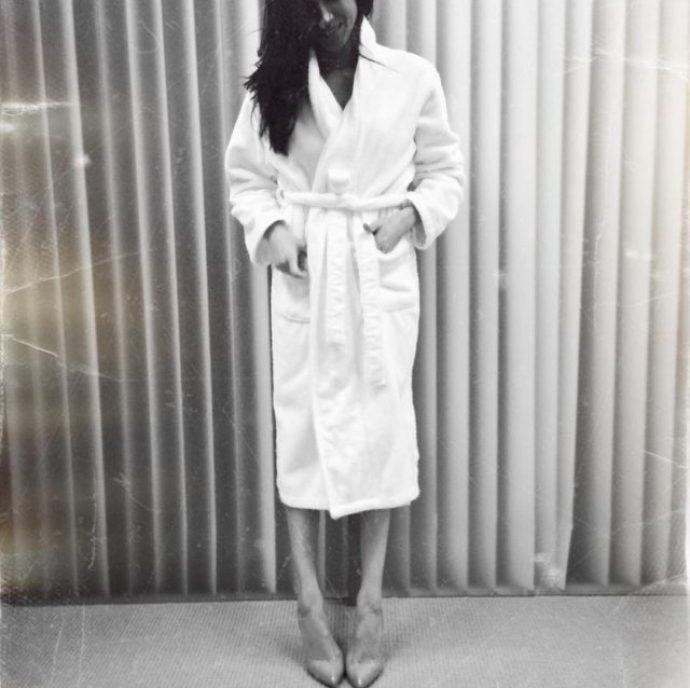 Меган Маркл в халате и на каблуках