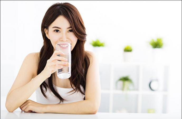 Японка пьет воду