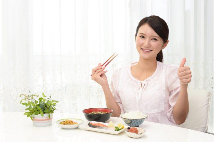 Японка за столом