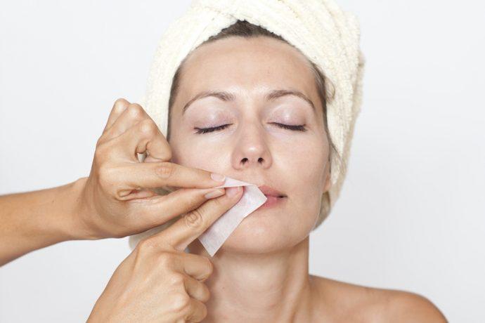 Удаление фитосмолы с кожи лица бумажной полоской