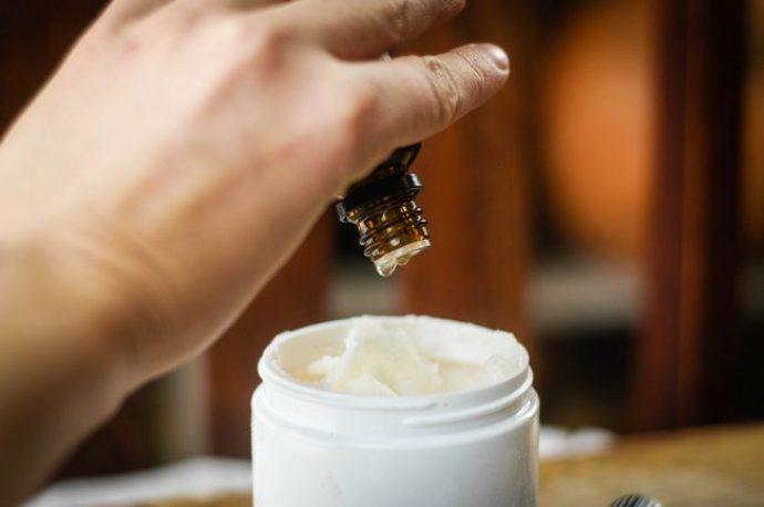 Добавление эфирного масла в готовый крем
