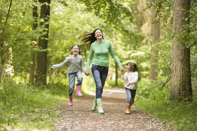 Женщина гуляет с детьми в лесу