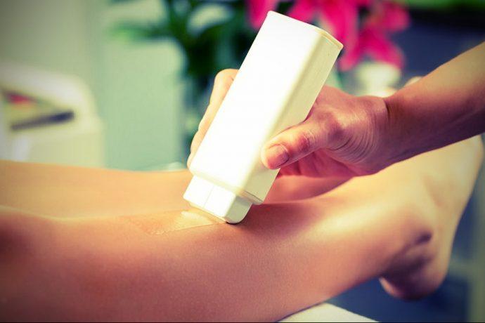 Нанесение воска на кожу