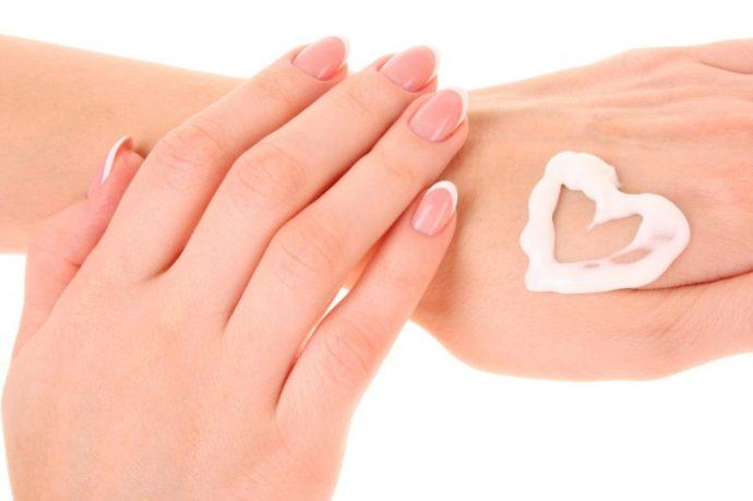 Крем на женской руке