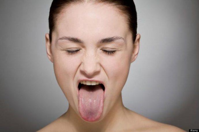Девушка с закрытыми глазами высунула язык
