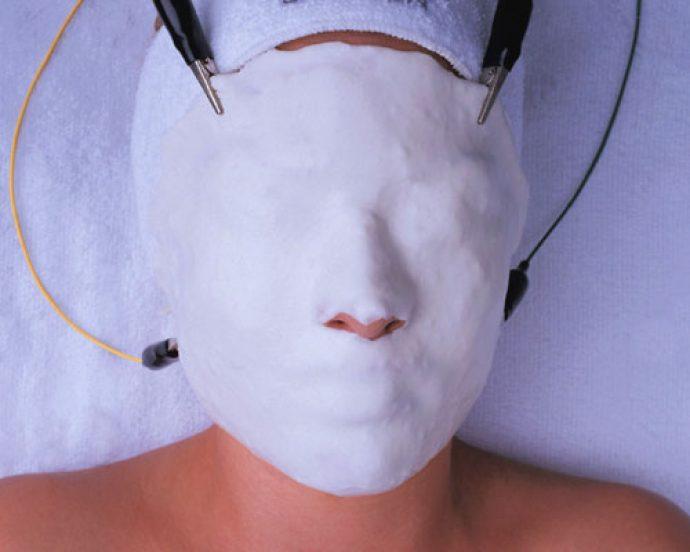 Косметическая маска на лице