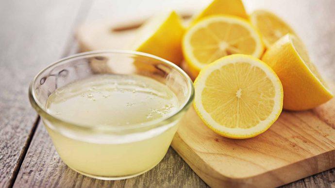 Лимонный сок в прозрачной пиале и фрукты