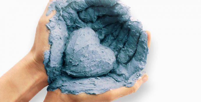 Голубая глина в руках