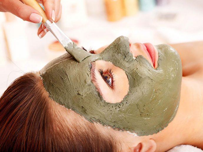 Косметическая маска на лице женщины