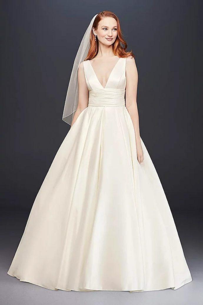 Девушка в пышном свадебном платье