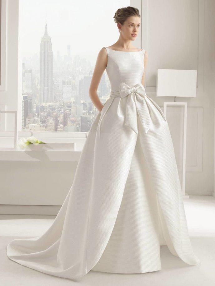 Девушка в пышном свадебном платье из плотной ткани