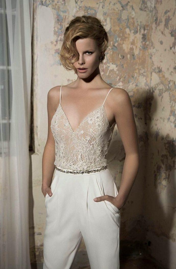 Девушка в свадебном костюме