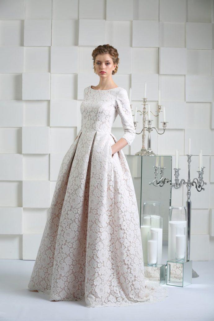 Девушка в свадебном платье с крупными складками
