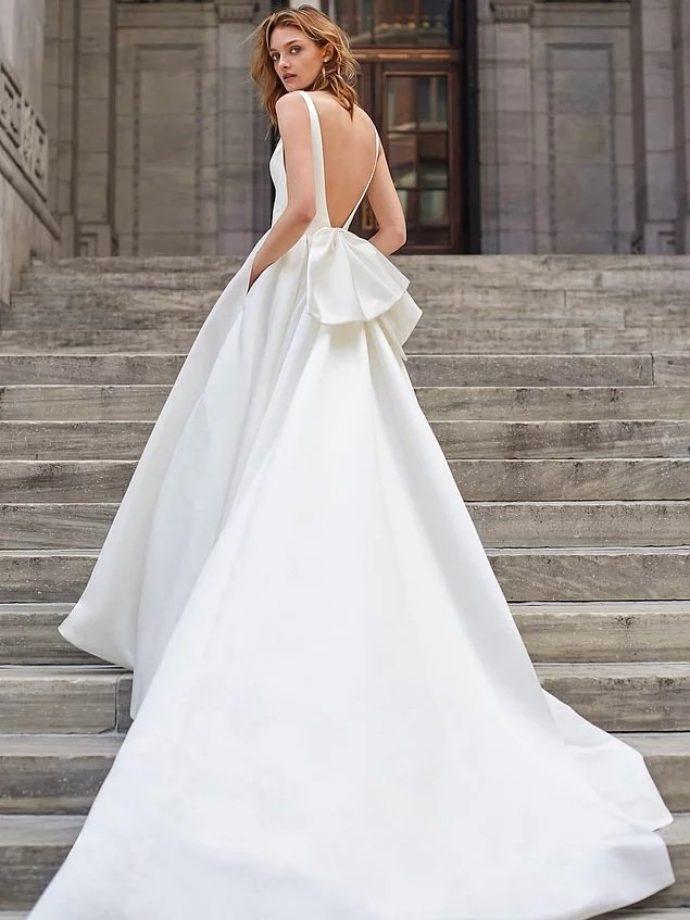 Девушка в свадебном платье с длинным шлейфом