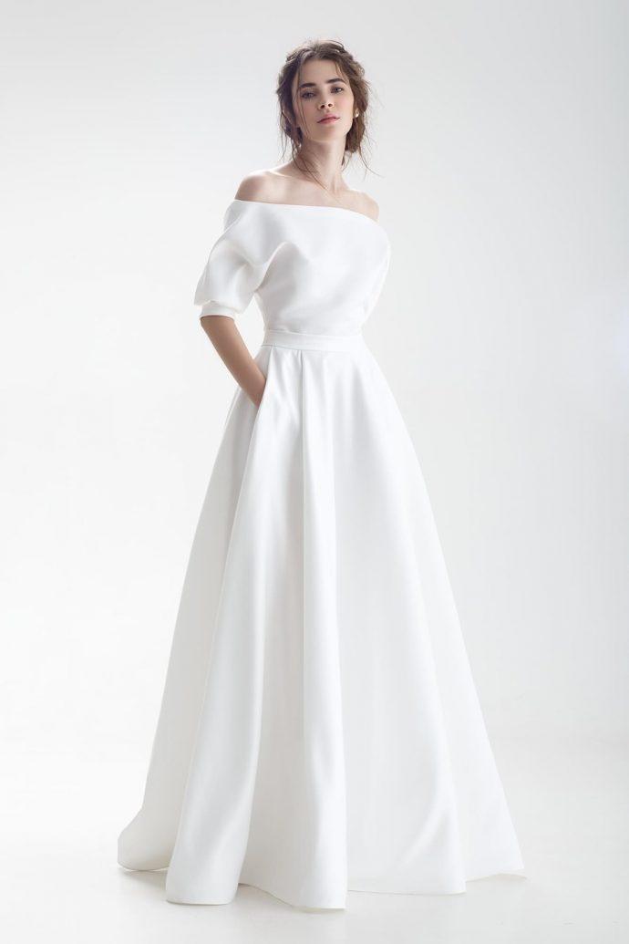 Девушка в легком пышном свадебном платье