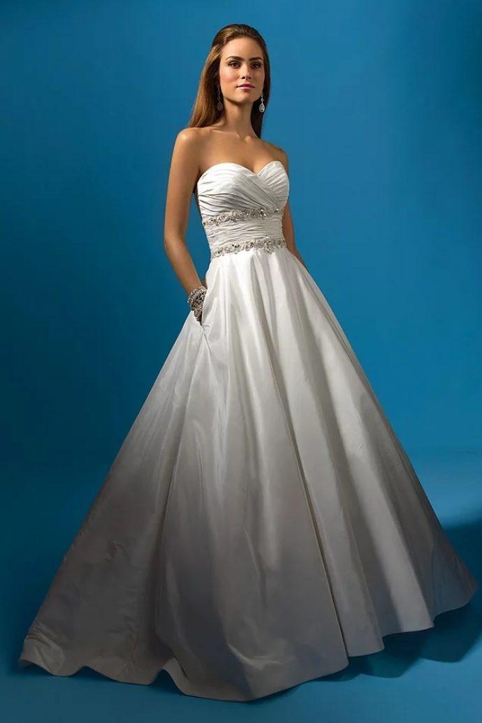 Девушка в свадебном платье с открытыми плечами